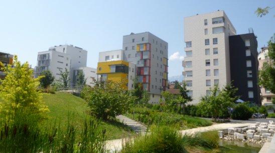 Œuvrer pour l'environnement par la construction d'écoquartiers (ici celui de Bonne, à Grenoble). (Crédit photo : wikipedia commons)