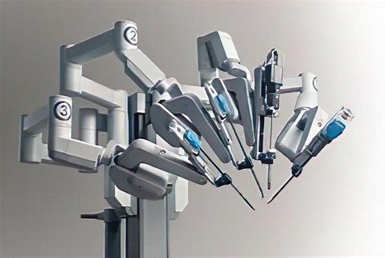 Robot chirurgien Da Vinci (Crédit photo : controcorrenteblog)