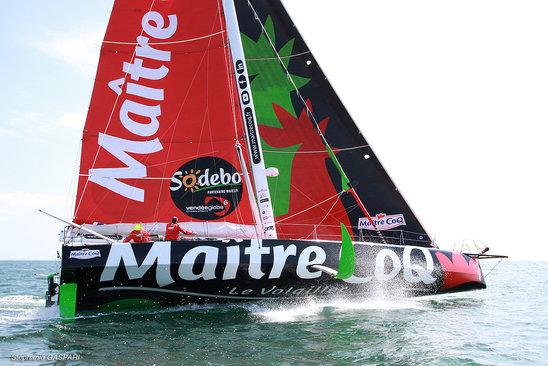 Le vainqueur Yannick Bestaven et son bateau (Crédit photo : Wikimedia Commons)