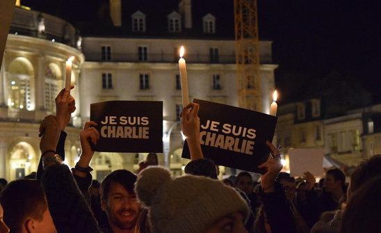 2015. Soutien à la liberté d'expression lors d'une manifestation à Rennes après l'attentat de Charlie Hebdo. (Crédit photo : Leo TISSEAU)