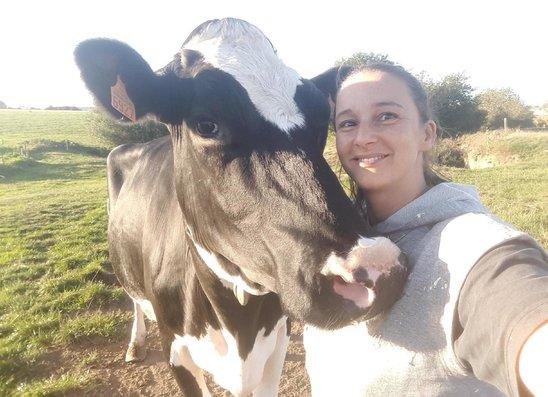 Jennifer et une vache de son troupeau (Crédit photo : Lauryne et Enzo)