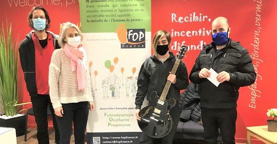 Remise de la guitare à son acquéreur au bénéfice de FOP France (Crédit photo : Eduardo Fernadez)