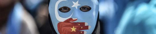 Une manifestante en Turquie en soutien aux musulmans Ouïghours (Crédit photo : lexpress.fr)