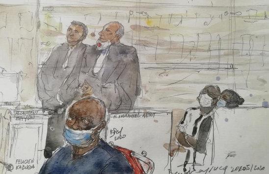 Félicien Kabuga devant la cour d'appel de Paris. Il est aujourd'hui confié au TPIR. PHOTO / Benoit PEYRUCQ / AFP (Crédit photo : Courrier international - Croquis de l'audience de Félicien Kabuga, PHOTO / Benoit PEYRUCQ / AFP)