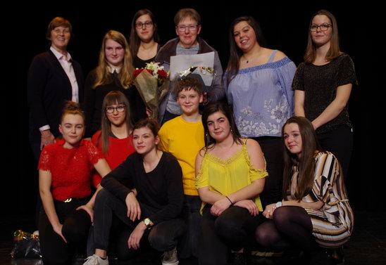 Thérésia (au 2ème rang au centre) au milieu des jeunes. (Crédit photo : og)